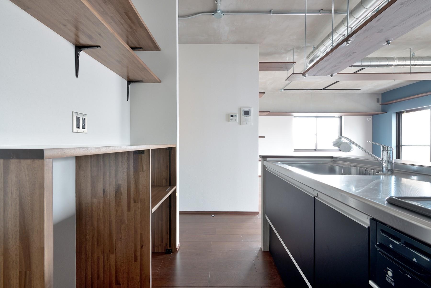 キッチン事例:キッチン(モルタル仕上げのキッチン×キャットステップのあるワンストップリノベーション住まい)