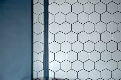 キッチンのヘキサゴンタイル (モルタル仕上げのキッチン×キャットステップのあるワンストップリノベーション住まい)