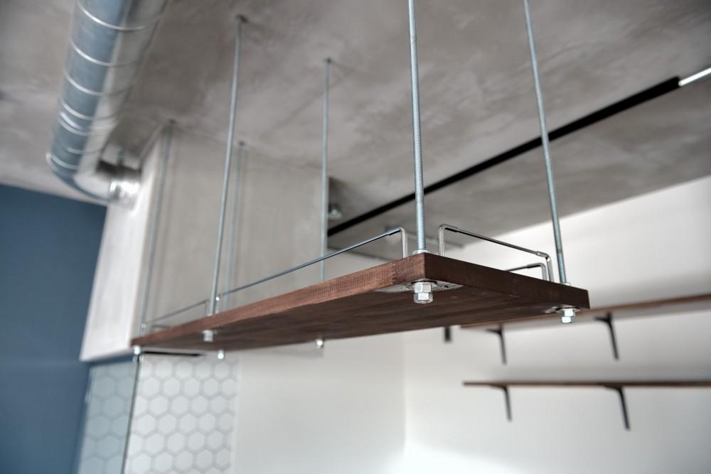 モルタル仕上げのキッチン×キャットステップのあるワンストップリノベーション住まい (キッチン:吊戸棚)