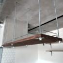 モルタル仕上げのキッチン×キャットステップのあるワンストップリノベーション住まいの写真 キッチン:吊戸棚