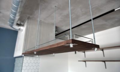 キッチン:吊戸棚|モルタル仕上げのキッチン×キャットステップのあるワンストップリノベーション住まい