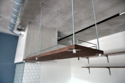 キッチン:吊戸棚 (モルタル仕上げのキッチン×キャットステップのあるワンストップリノベーション住まい)