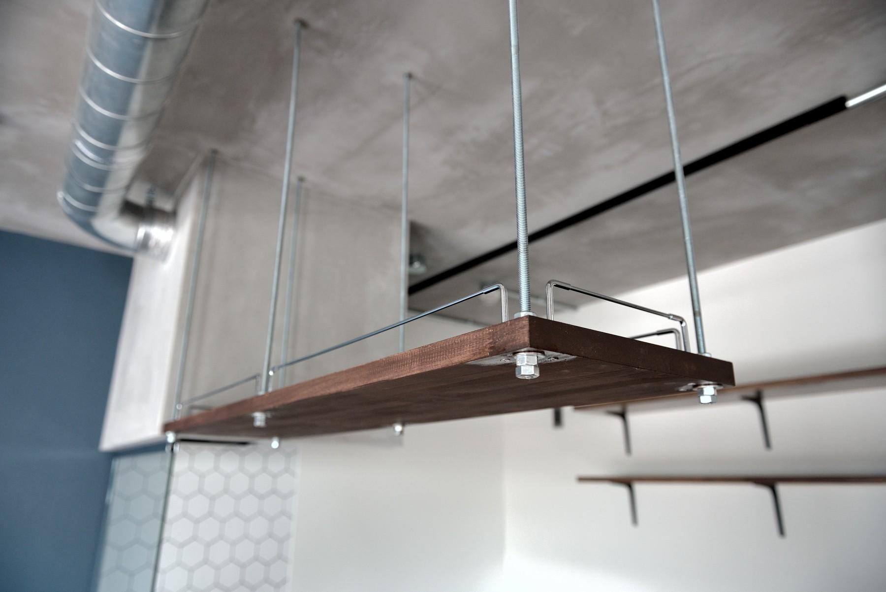 キッチン事例:キッチン:吊戸棚(モルタル仕上げのキッチン×キャットステップのあるワンストップリノベーション住まい)