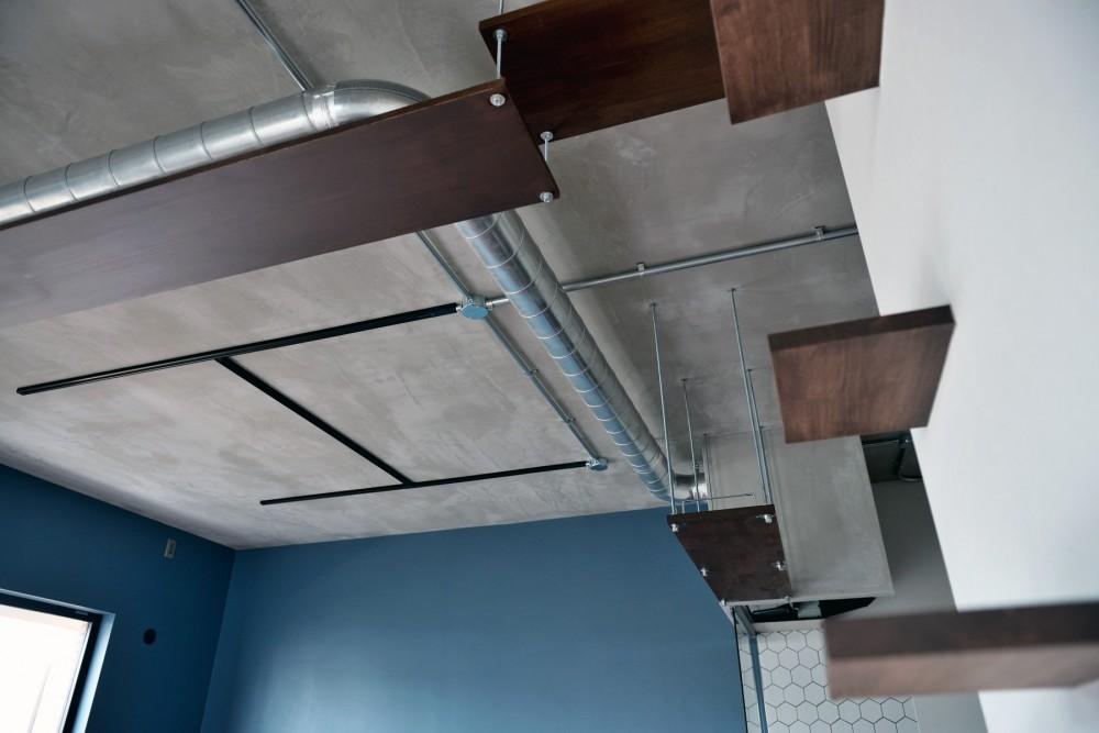 モルタル仕上げのキッチン×キャットステップのあるワンストップリノベーション住まい (キャットウォーク/キャットステップ)