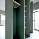 モルタル仕上げのキッチン×キャットステップのあるワンストップリノベーション住まいの写真 寝室&ウォークスルークローゼット