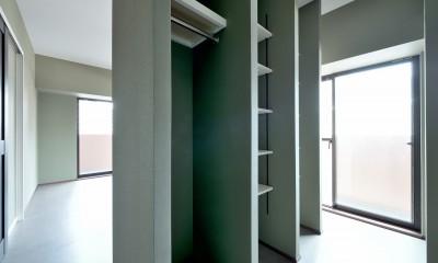 モルタル仕上げのキッチン×キャットステップのあるワンストップリノベーション住まい (寝室&ウォークスルークローゼット)