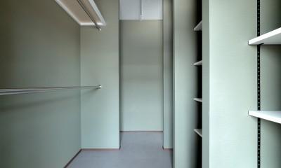 モルタル仕上げのキッチン×キャットステップのあるワンストップリノベーション住まい (ウォークスルークローゼット)