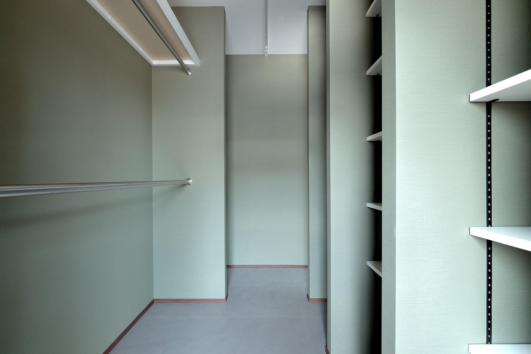 収納事例:ウォークスルークローゼット(モルタル仕上げのキッチン×キャットステップのあるワンストップリノベーション住まい)