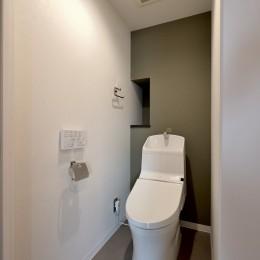 モルタル仕上げのキッチン×キャットステップのあるワンストップリノベーション住まい (トイレ)