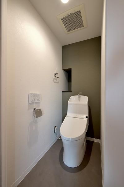 トイレ (モルタル仕上げのキッチン×キャットステップのあるワンストップリノベーション住まい)