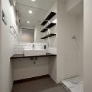 モルタル仕上げのキッチン×キャットステップのあるワンストップリノベーション住まいの写真 洗面ルーム