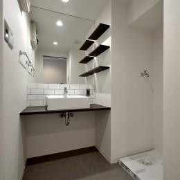モルタル仕上げのキッチン×キャットステップのあるワンストップリノベーション住まい (洗面ルーム)