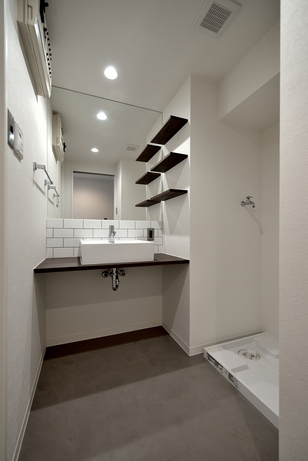 バス/トイレ事例:洗面ルーム(モルタル仕上げのキッチン×キャットステップのあるワンストップリノベーション住まい)