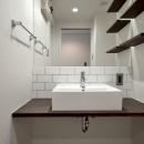 モルタル仕上げのキッチン×キャットステップのあるワンストップリノベーション住まいの写真 洗面台