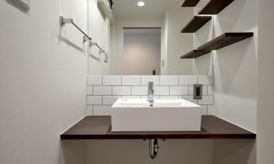 モルタル仕上げのキッチン×キャットステップのあるワンストップリノベーション住まい (洗面台)