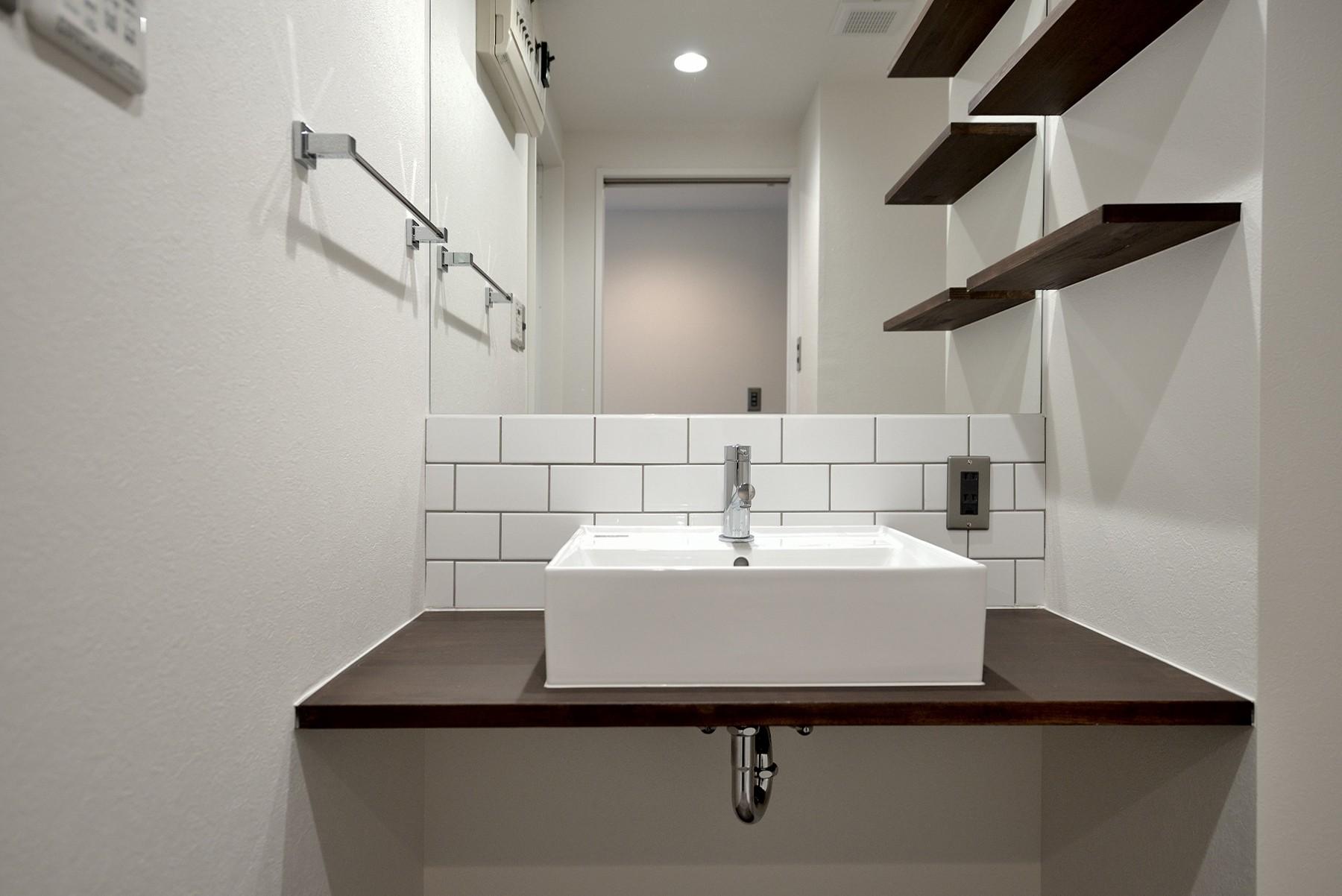 バス/トイレ事例:洗面台(モルタル仕上げのキッチン×キャットステップのあるワンストップリノベーション住まい)