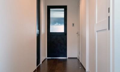 モルタル仕上げのキッチン×キャットステップのあるワンストップリノベーション住まい (玄関~廊下)