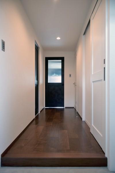 玄関~廊下 (モルタル仕上げのキッチン×キャットステップのあるワンストップリノベーション住まい)