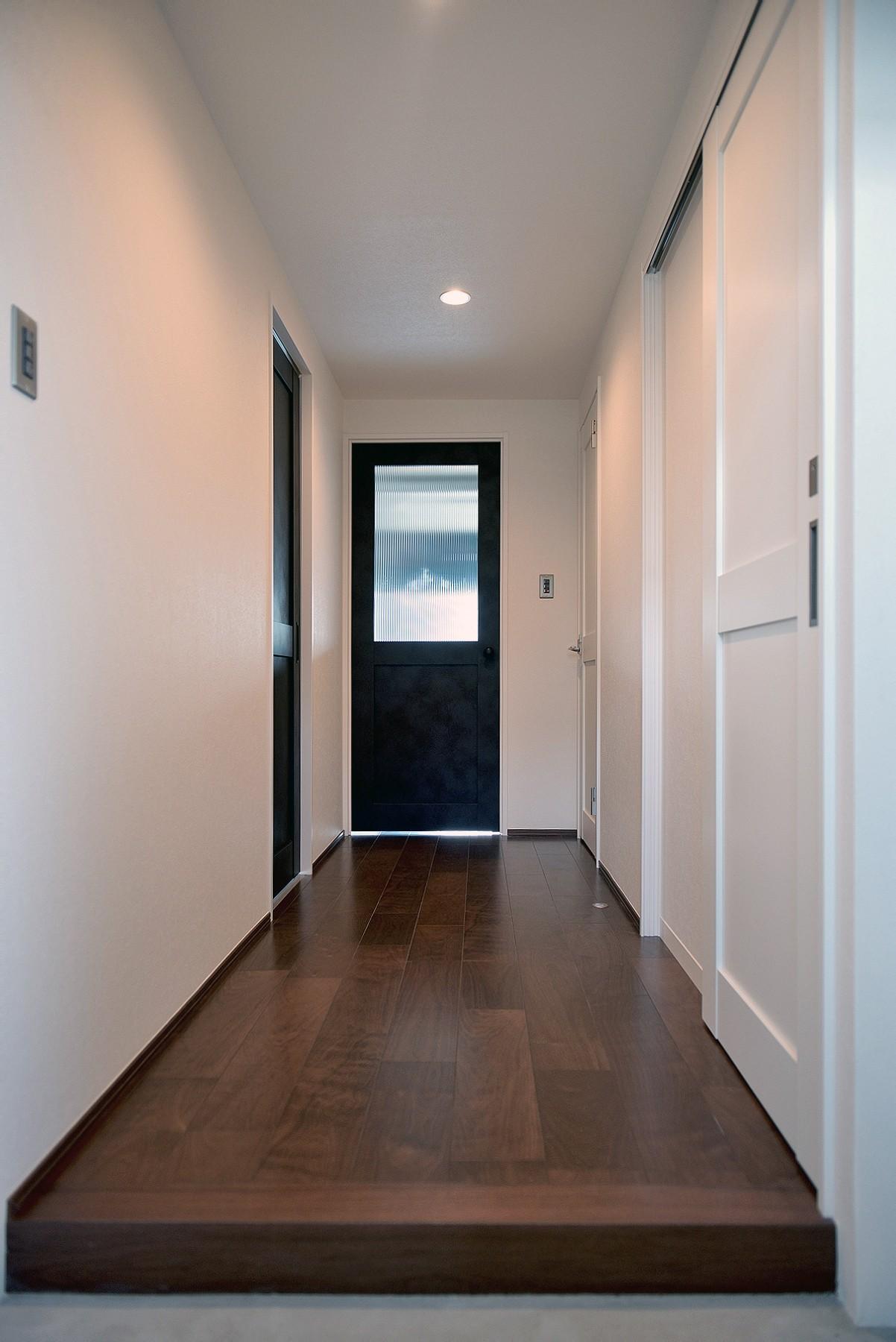 玄関事例:玄関~廊下(モルタル仕上げのキッチン×キャットステップのあるワンストップリノベーション住まい)