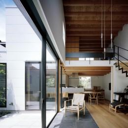 茅ヶ崎の家〜旗竿敷地に建つ三つの庭を持つ家 (中庭に面した吹抜リビング)
