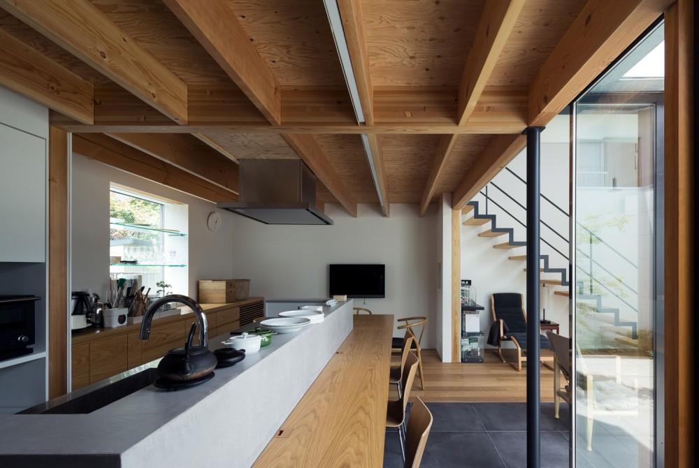 茅ヶ崎の家〜旗竿敷地に建つ三つの庭を持つ家 (長いカウンターテーブル一体のダイニングキッチン)