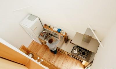 キッチン上部|駒沢公園の家〜倉庫のような外観・柔らかい室内〜