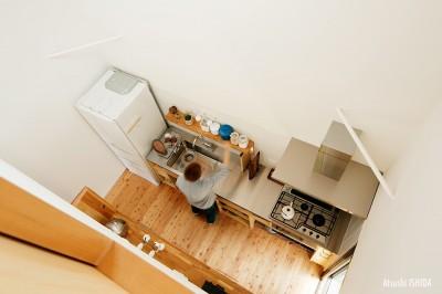 キッチン上部 (駒沢公園の家〜倉庫のような外観・柔らかい室内〜)