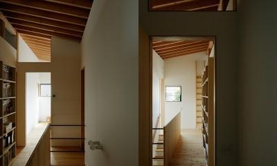 2階の階段ホール|駒沢公園の家〜倉庫のような外観・柔らかい室内〜