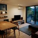 駒沢公園の家〜倉庫のような外観・柔らかい室内〜の写真 リビングの夜景