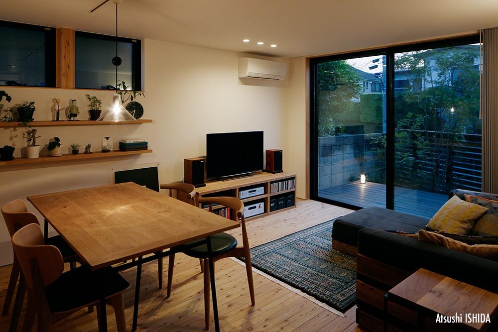駒沢公園の家〜倉庫のような外観・柔らかい室内〜 (リビングの夜景)