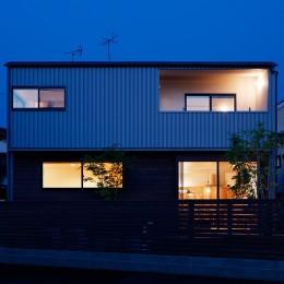 駒沢公園の家〜倉庫のような外観・柔らかい室内〜 (外観夜景)