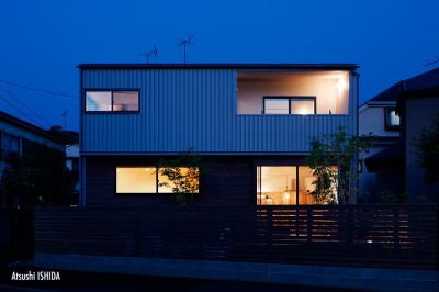 外観夜景 (駒沢公園の家〜倉庫のような外観・柔らかい室内〜)