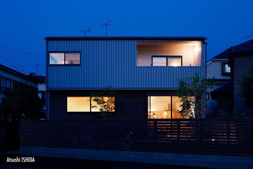 外観事例:外観夜景(駒沢公園の家〜倉庫のような外観・柔らかい室内〜)