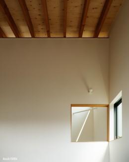 駒沢公園の家〜倉庫のような外観・柔らかい室内〜 (寝室の壁と天井)