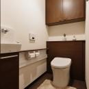 重厚感のあるエレガンスな住まいの写真 トイレ
