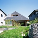 ナガレノイエ ―大きな屋根とテーブルの家の写真 クローバーに覆われたアプローチ