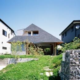 外観、アプローチ (ナガレノイエ ―大きな屋根とテーブルの家)