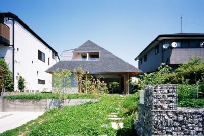 ナガレノイエ ―大きな屋根とテーブルの家 (外観、アプローチ)