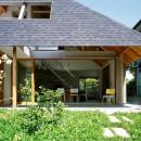 ナガレノイエ ―大きな屋根とテーブルの家の写真 大きな軒下空間