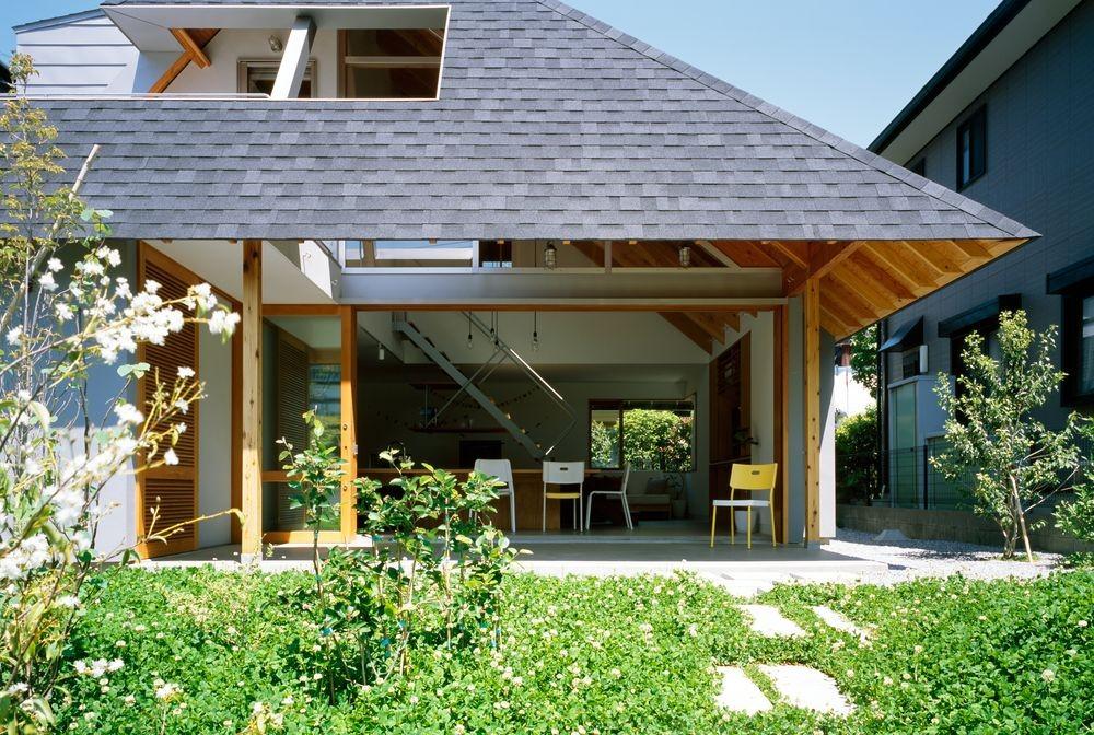 大きな軒下空間 (ナガレノイエ ―大きな屋根とテーブルの家)