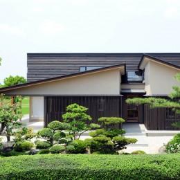 古燈の家(ことうのいえ)~和と現代の融合~ (屋根形態の特徴的なファサード)
