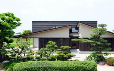 屋根形態の特徴的なファサード (古燈の家(ことうのいえ)~和と現代の融合~)