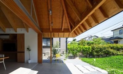 軒下空間と土間|ナガレノイエ ―大きな屋根とテーブルの家