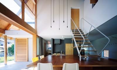 土間(リビングダイニングキッチン)|ナガレノイエ ―大きな屋根とテーブルの家