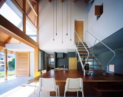 土間(リビングダイニングキッチン) (ナガレノイエ ―大きな屋根とテーブルの家)