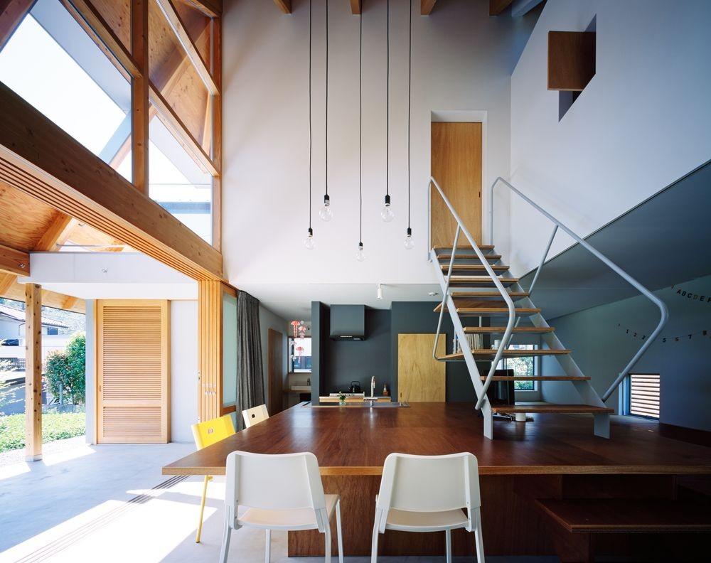 ナガレノイエ ―大きな屋根とテーブルの家 (土間(リビングダイニングキッチン))