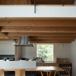 出窓棚とキッチン一帯の大きなカウンターのあるダイニング (茅ヶ崎の家〜旗竿敷地に建つ三つの庭を持つ家)