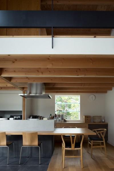 茅ヶ崎の家〜旗竿敷地に建つ三つの庭を持つ家 (出窓棚とキッチン一帯の大きなカウンターのあるダイニング)