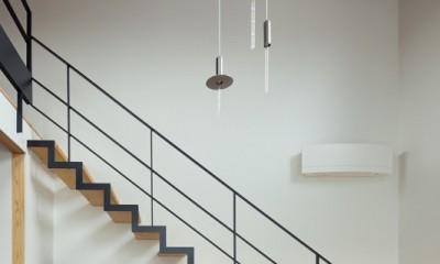 吹抜リビングにかかる繊細なスケルトン階段|茅ヶ崎の家〜旗竿敷地に建つ三つの庭を持つ家