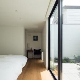 茅ヶ崎の家〜旗竿敷地に建つ三つの庭を持つ家 (中庭に面した開放的な主寝室)
